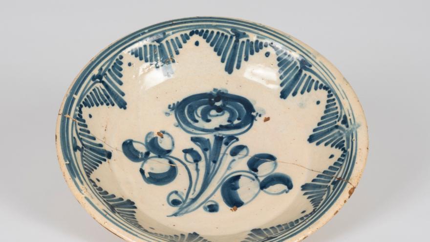 Imagen de un plato decorado con una flor
