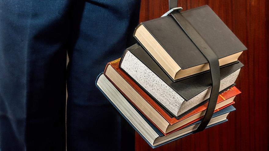 libros atados con cinturón