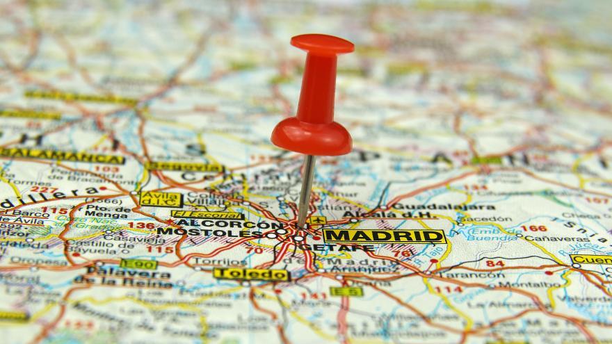 chincheta roja clavada en mapa de madrid