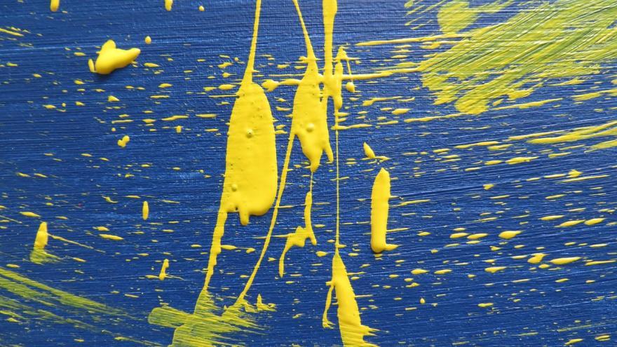 Pintura amarilla sobre lienzo azul