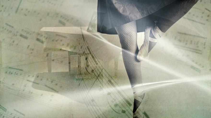 Partitura y piernas de bailarina