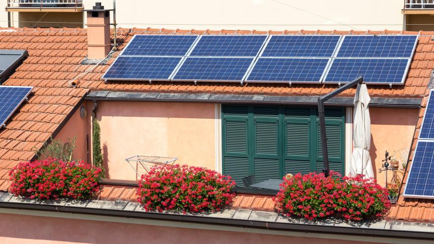 Placas solares instaladas en el tejado de una casa