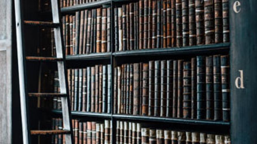 Librería con escalera