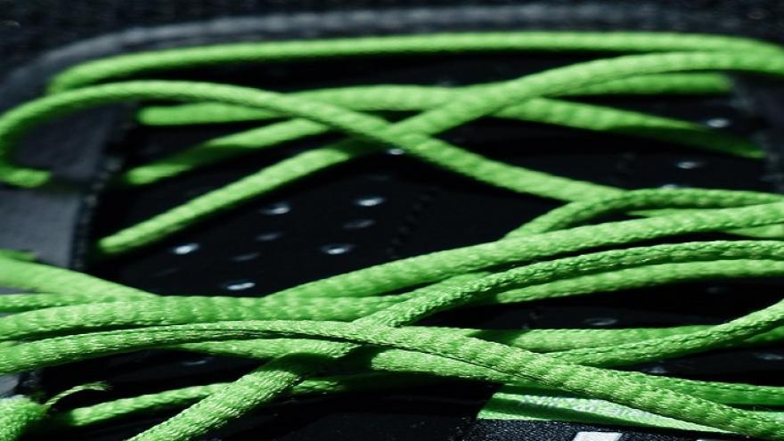 Zapatilla deportiva con cordones verdes
