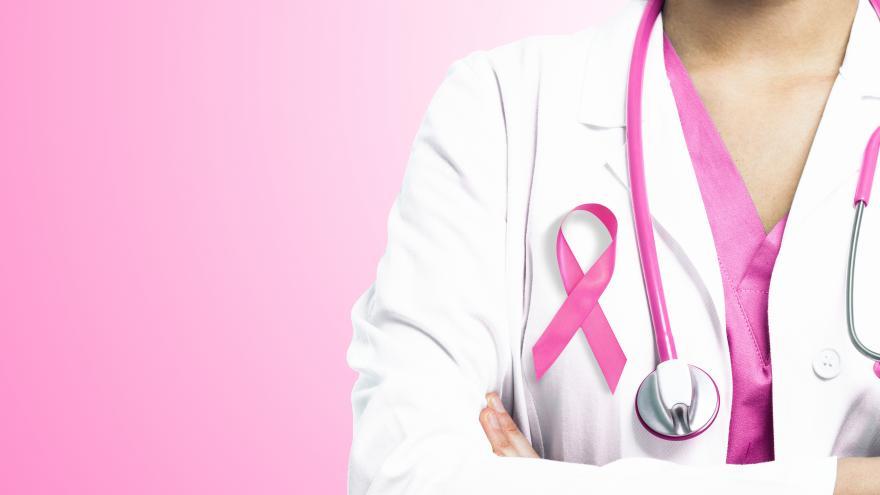 Un medico con un lazo rosa