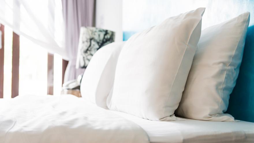 cama y almohadas