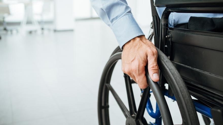 Persona con discapacidad física sentada en silla de ruedas