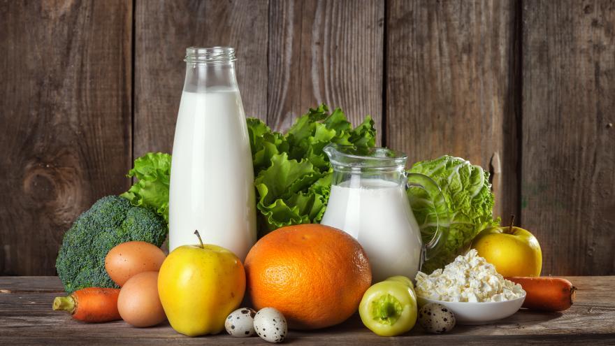 bodegón de leche verduras y frutas