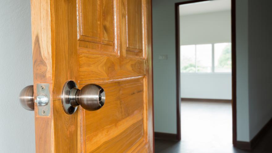 Una puerta entre abierta de acceso a una vivienda