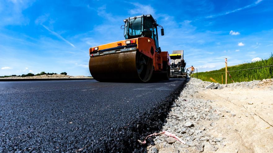 Maquina asfaltando