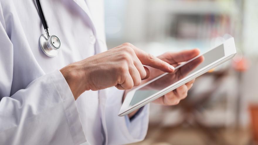 Doctor con una tablet