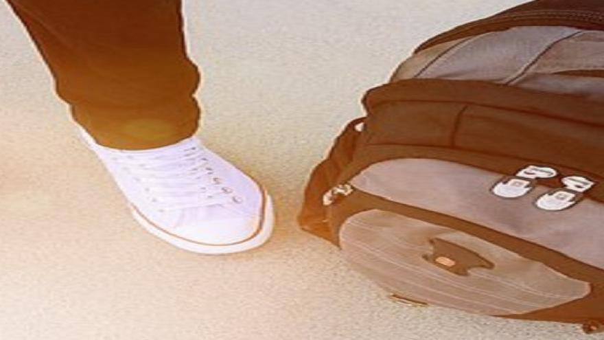 Mochila a los pies de niño