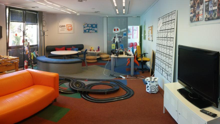 Sala del centro de información con espacios de juegos y descanso