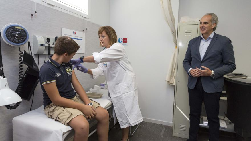 Enrique Ruiz Escudero acude a una consulta de vacunación del Centro de Salud Barrio del Pilar, en Madrid
