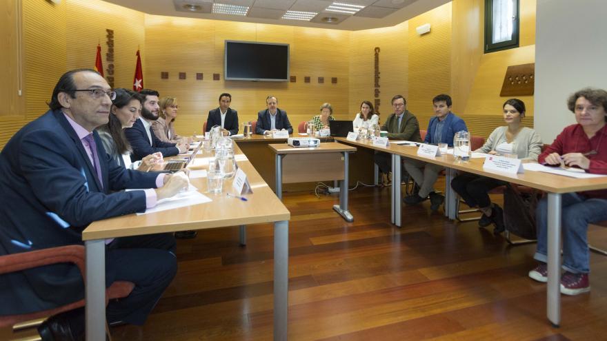 Imagen de Alberto Reyero durante la primera reunión con los portavoces de los grupos políticos de la Asamblea de Madrid