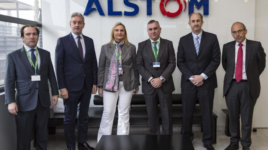 La consejera de Transportes, Vivienda e Infraestructuras, Rosalía Gonzalo, durante su visita a los laboratorios tecnológicos de movilidad digital de Alstom España