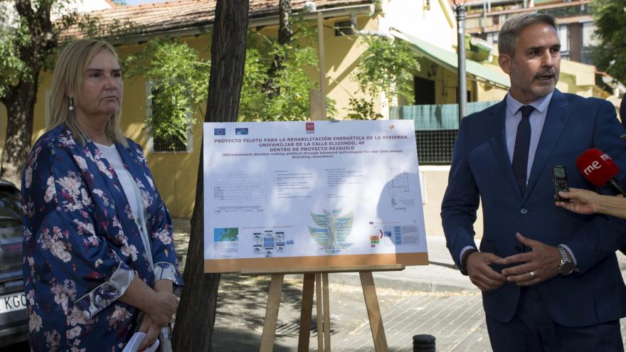 Rosalía Gonzalo visita una vivienda pública regional donde se va a desarrollar una experiencia práctica del proyecto europeo Rezbuild