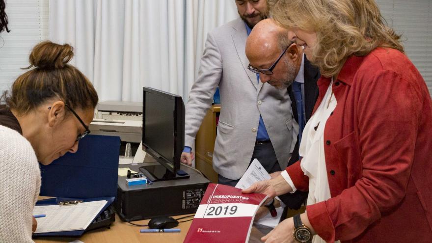 La consejera de Economía, Empleo y Hacienda, Engracia Hidalgo, registra en la Asamblea de Madrid el proyecto de Presupuesto
