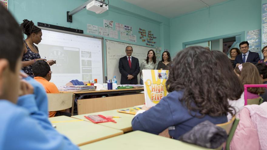 El consejero Rafael van Grieken visita el colegio Asturias.