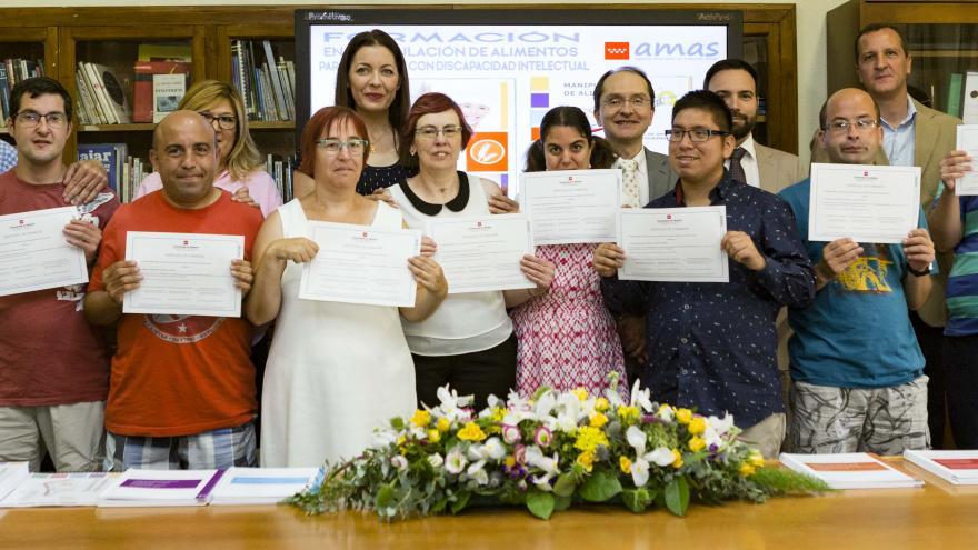 Participantes junto a la consejera de Política Social en funciones, Lola Moreno