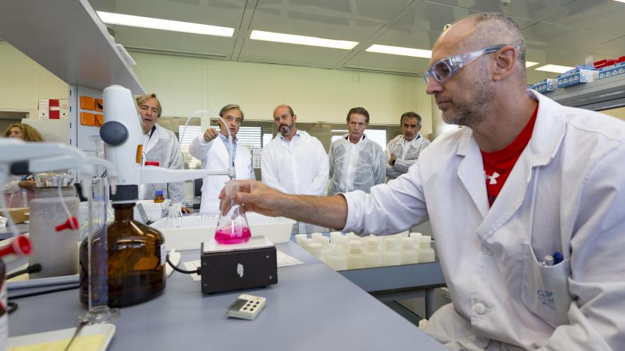 Rollán visita el laboratorio central de Canal, que realiza cada año más de 530.000 análisis del agua de consumo