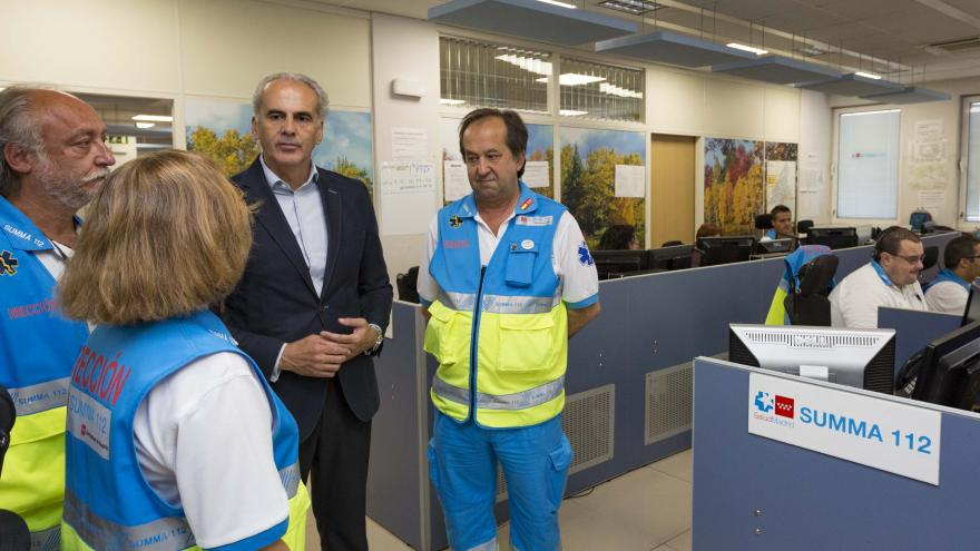 El consejero en funciones de Sanidad, Enrique Ruiz Escudero, dando la bienvenida al nuevo servicio de psicólogos del SUMMA 112