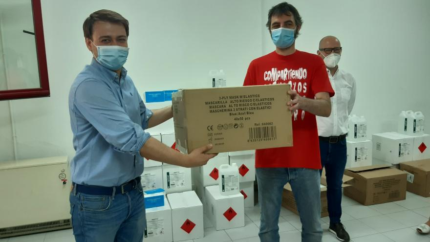 Nikolay Yordanov haciendo entrega del material