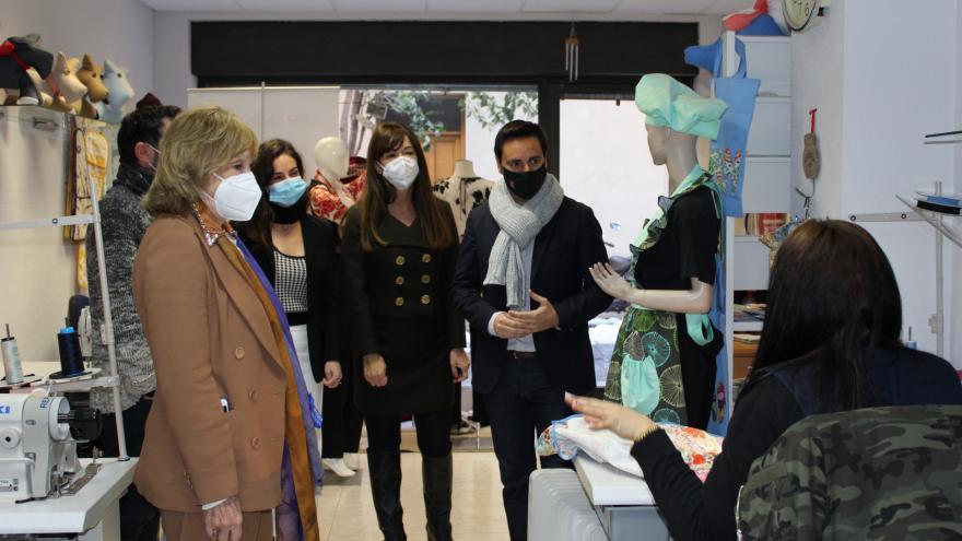 El consejero de Políticas Sociales visita el taller de costura para la inserción laboral