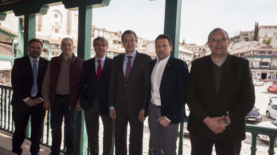 Ángel Garrido con los alcaldes