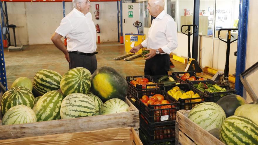El director gerente del IMIDRA ha hecho entrega al presidente de Banco de Alimentos de productos cultivados en sus fincas