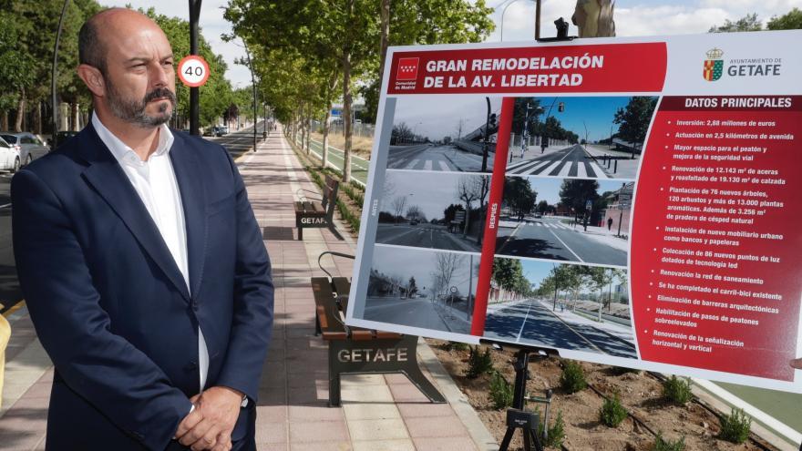 Pedro Rollán visitando en Getafe la reforma integral de la avenida de la Libertad