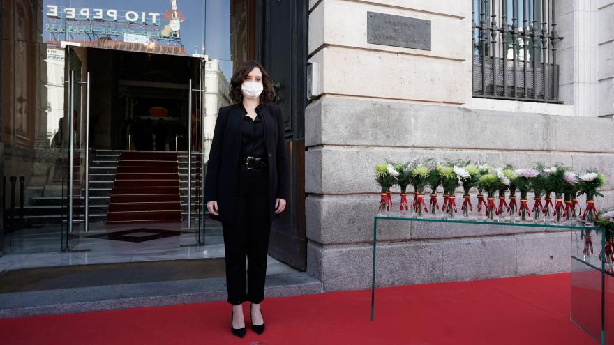 Díaz Ayuso homenajea a las víctimas del COVID-19 fallecidas en soledad con una placa en la fachada de la Real Casa de Correos