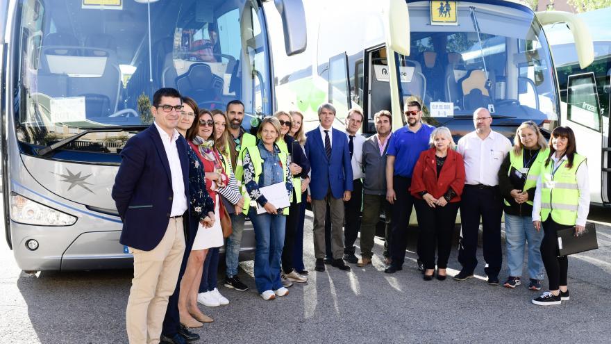 Foto de grupo de Garrido con autobuses escolares