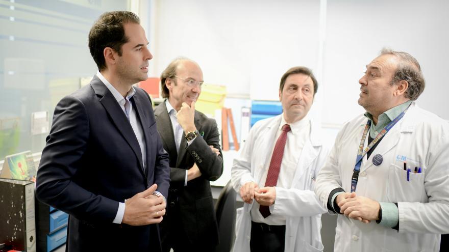 Ignacio Aguado y Eduardo Sicilia durante la visita al hospital