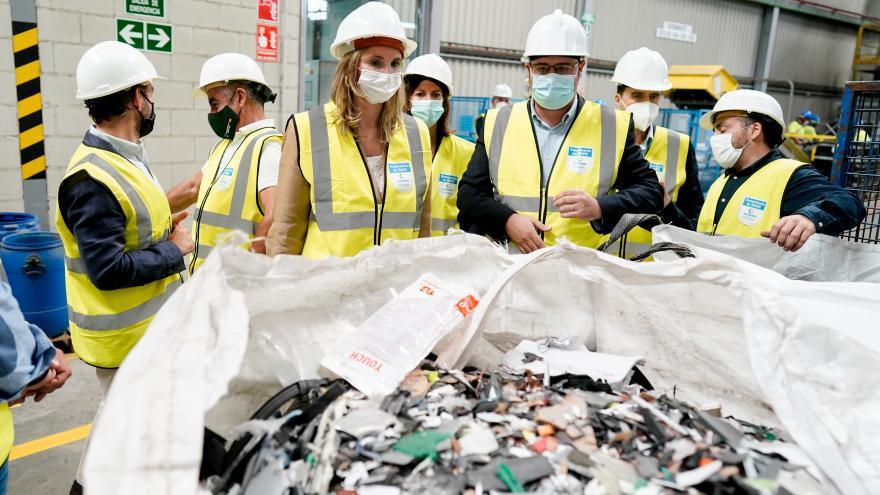 Paloma Martín ha visitado la planta de ILUNION Reciclados en Campo Real
