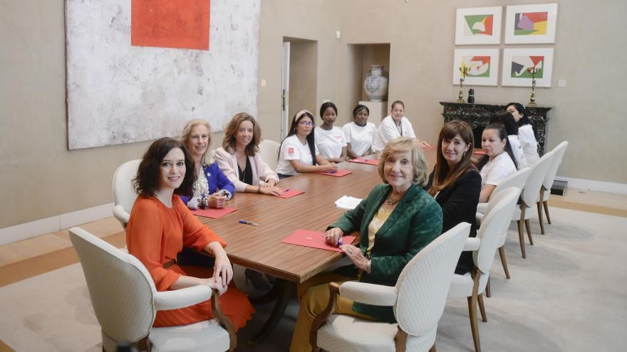 Imagen de Isabel Díaz Ayuso durante la reunión con un grupo de mujeres supervivientes de la explotación sexual