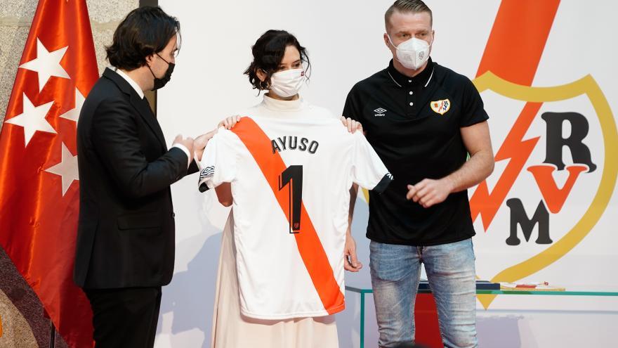 Isabel Díaz Ayuso ha recibido al Rayo Vallecano en la Real Casa de Correos