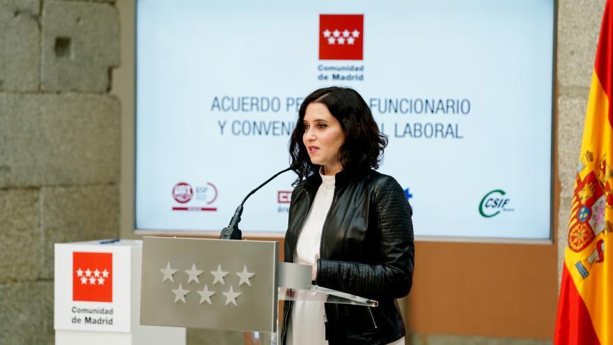 Díaz Ayuso firma con los sindicatos dos acuerdos para regular las condiciones del personal laboral y funcionario.