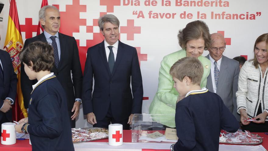Ángel Garrido acompaña a S.M. la Reina Doña Sofía en la cuestación del Día de la Banderita de Cruz Roja