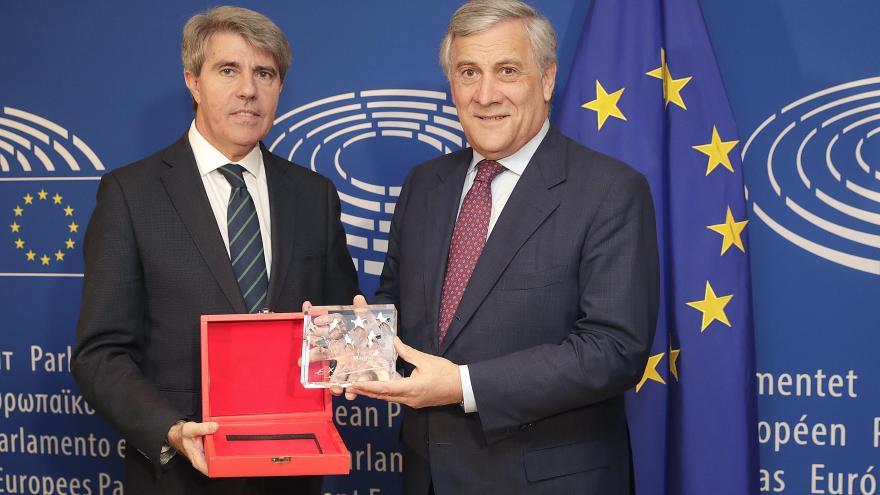 Garrido entrega a Tajani el Premio a la Excelencia por su defensa de los valores europeos
