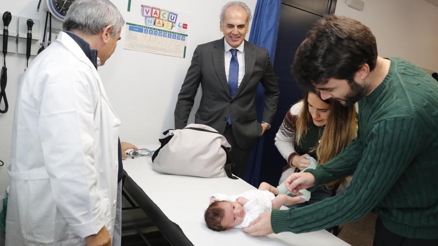 El consejero de Sanidad acude a una Consulta de atención al recién nacido