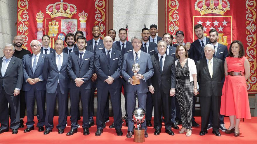 El presidente regional ha recibido en la Real Casa de Correos a los jugadores, cuerpo técnico y directivos tras su victoria en Vitoria
