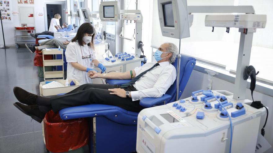 El consejero de Sanidad, Enriqui Ruiz Escudero, ha visitado el Centro de Transfusión de la Comunidad de Madrid