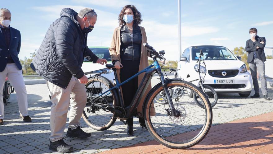 Díaz Ayuso se reúne con el sector del vehículo eléctrico que colabora en el fomento de la movilidad compartida