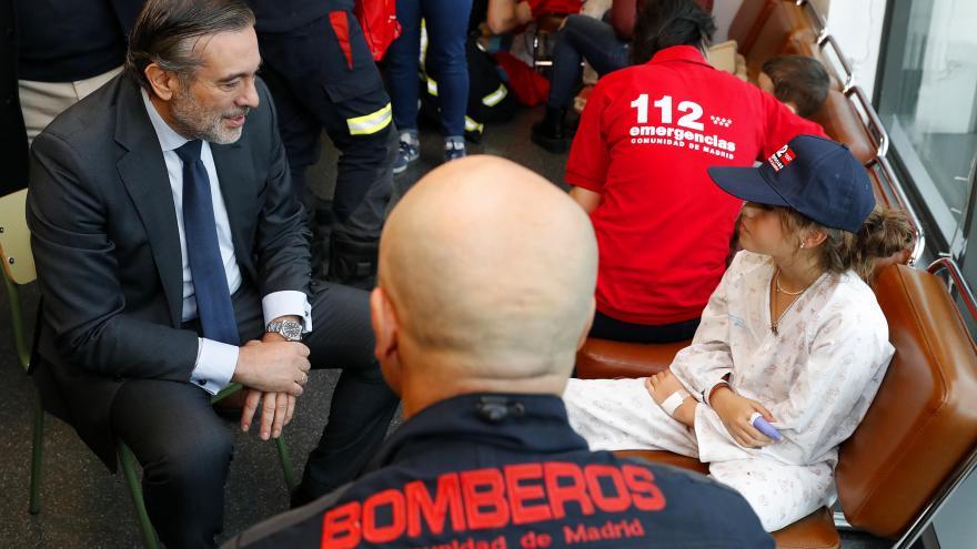 Los bomberos acompañados por el consejero de Justicia, Interior y Víctimas, Enrique López