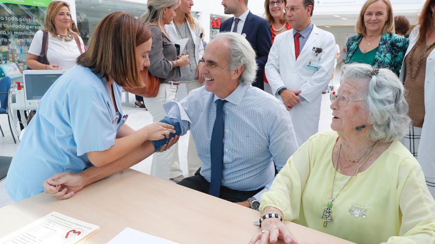 imagen de Enrique Ruiz Escudero durante la visita al Hospital Puerta de Hierro
