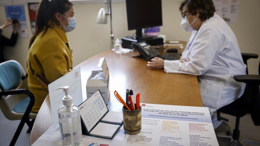 Enrique Ruiz Escudero ha visitado el Centro de Salud Almendrales, en el distrito de Usera