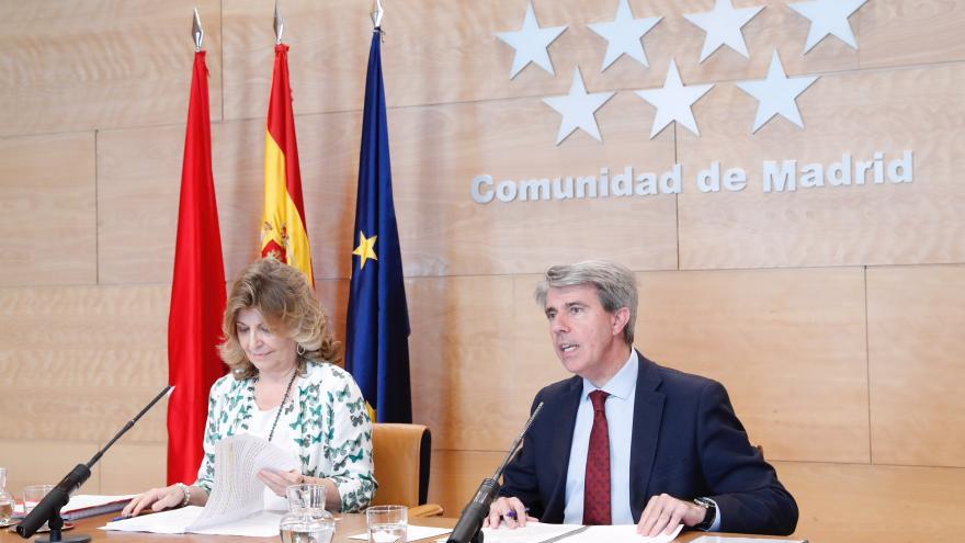 El presidente de la Comunidad de Madrid, Ángel Garrido, acompañado por la consejera de Economía, Empleo y Hacienda, Engracia Hidalgo, comparecen en rueda de prensa para dar cuenta de los acuerdos a
