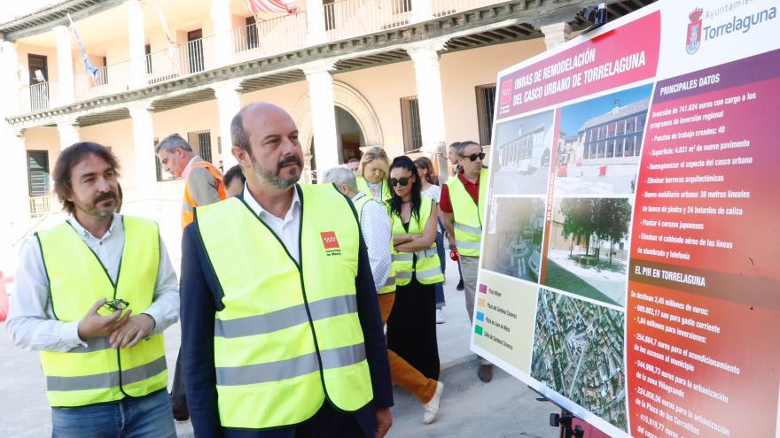 Pedro Rollán supervisando las obras