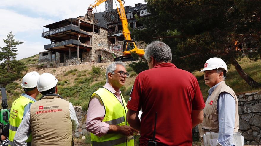 Carlos Izquierdo visitando hoy las obras de demolición